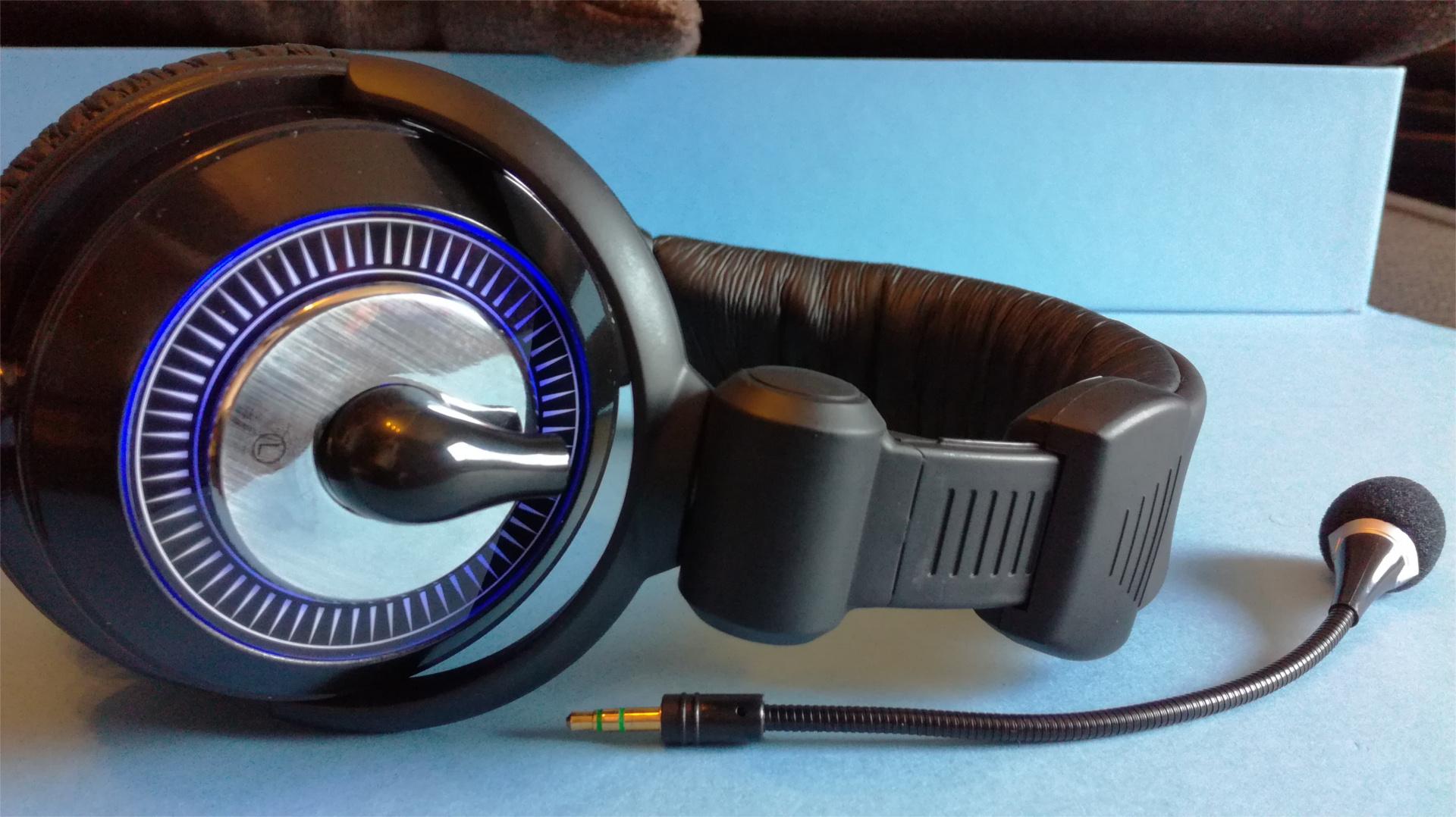A fejhallgató USB 2.0-án keresztül szólaltatja meg a gépből vagy más USB  porttal rendelkező eszközből a hangokat. A fekete harisnyázott kábel eléggé  hosszú 810ab5382b